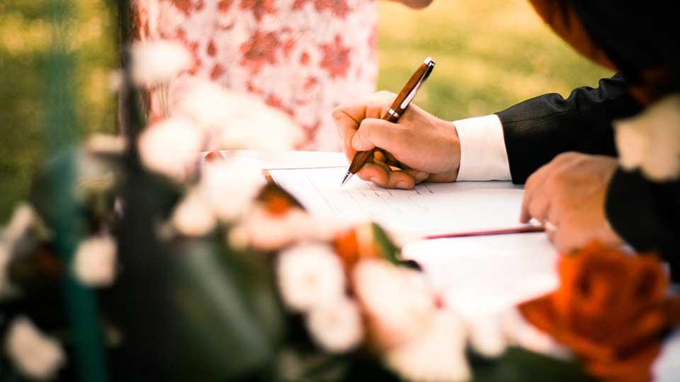 Нужно ли осуществлять удостоверение договоров земельной аренды у нотариуса?